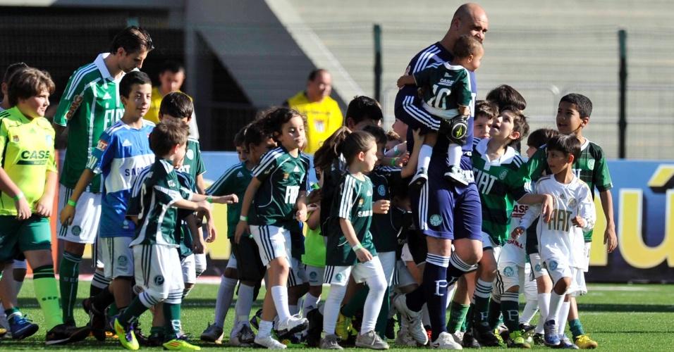 Marcos puxa o time do Palmeiras para dentro do gramado do Pacaembu, cercado de crianças