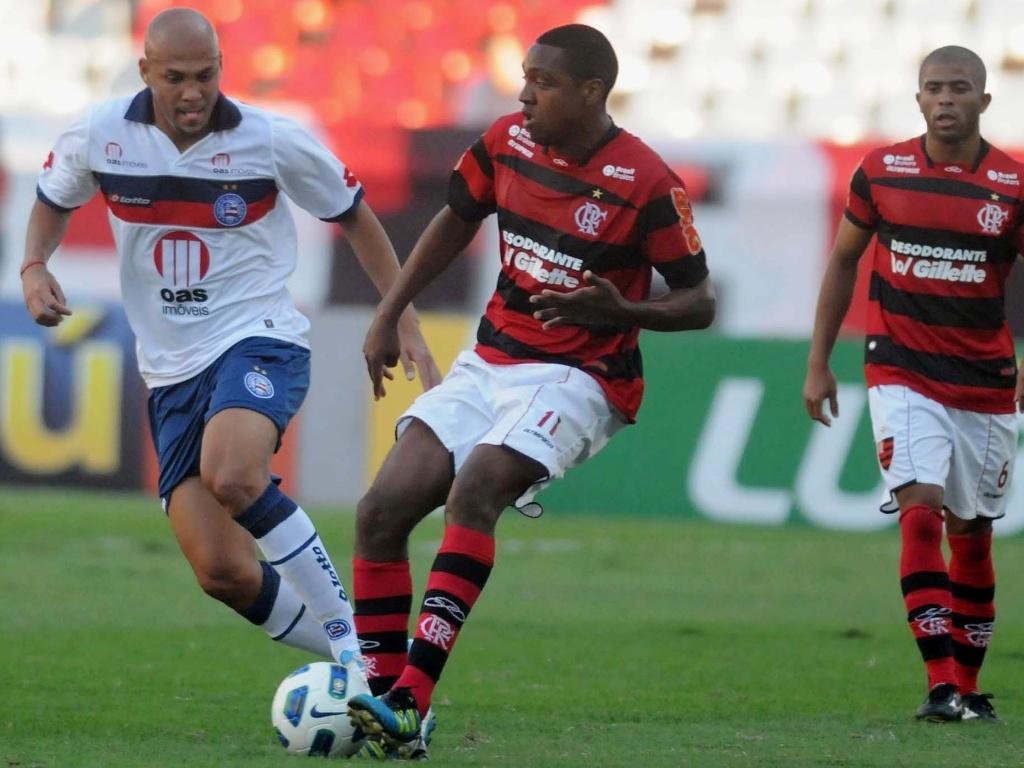 Renato Abreu toca a bola enquanto é observado por Souza