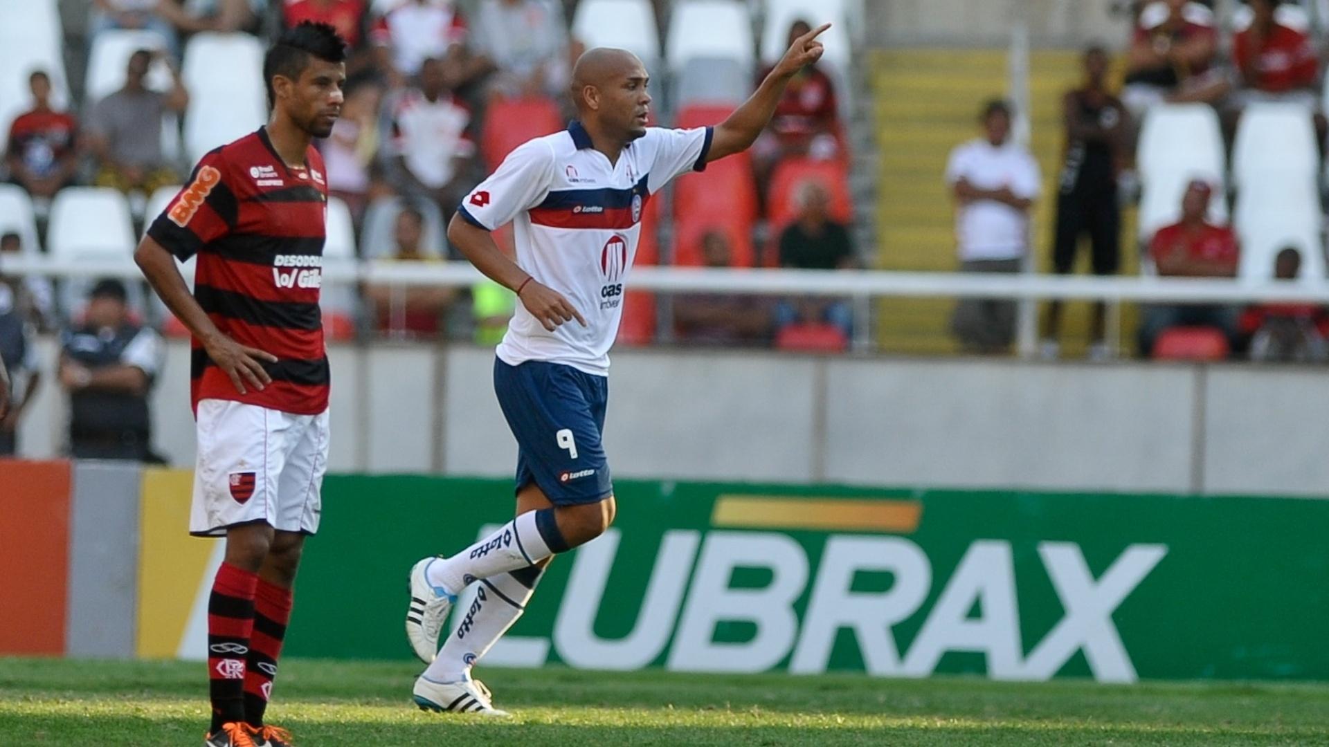 Souza comemora um dos gols do Bahia contra o Flamengo de Léo Moura, que exibe sua insatisfação