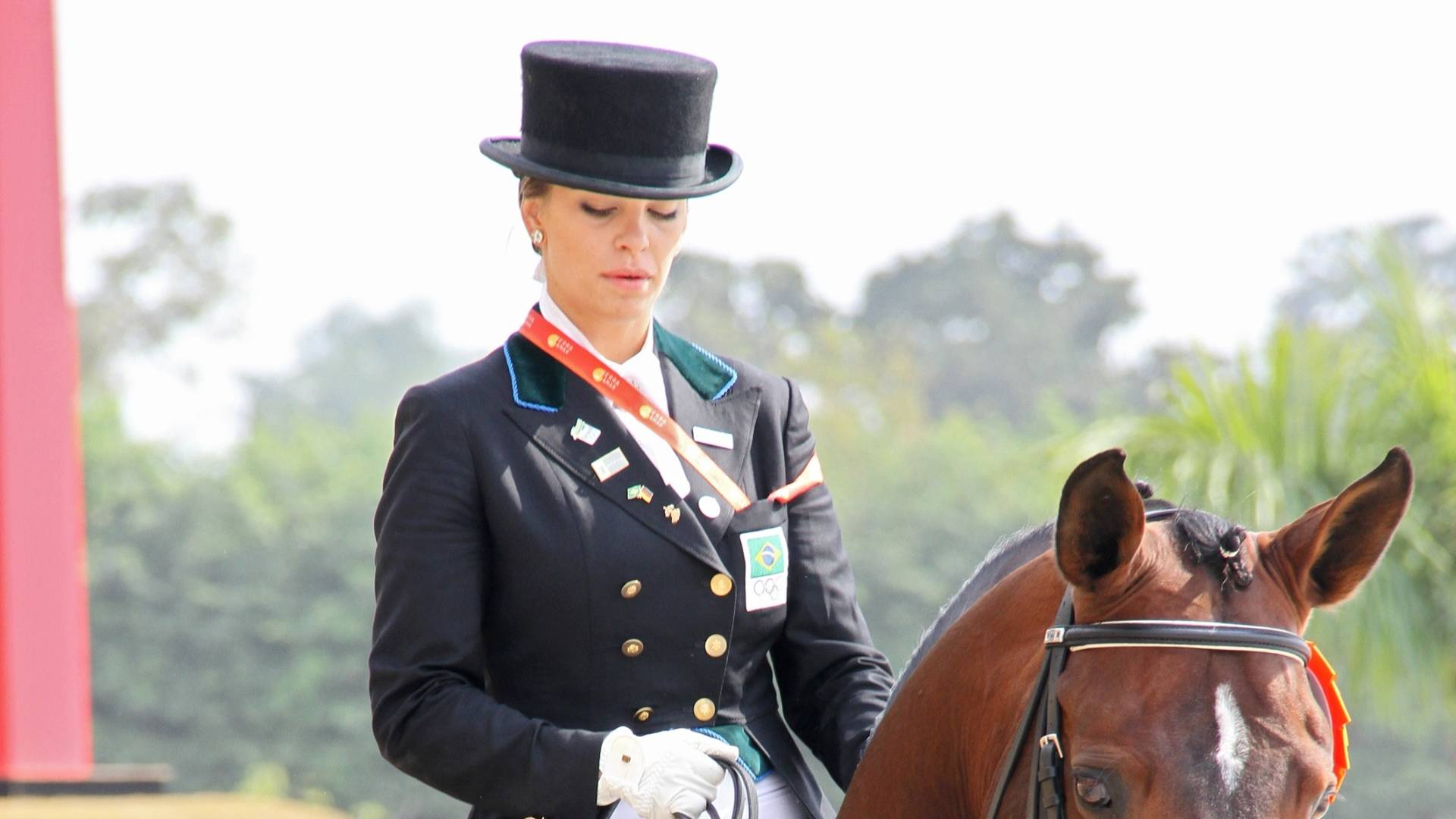 Luiza Almdeida montando seu cavalo Pastor