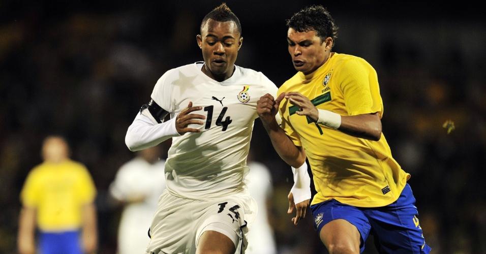 Thiago Silva carrega trave durante treino da seleção brasileira na Argentina para a Copa América (12/07/2011)