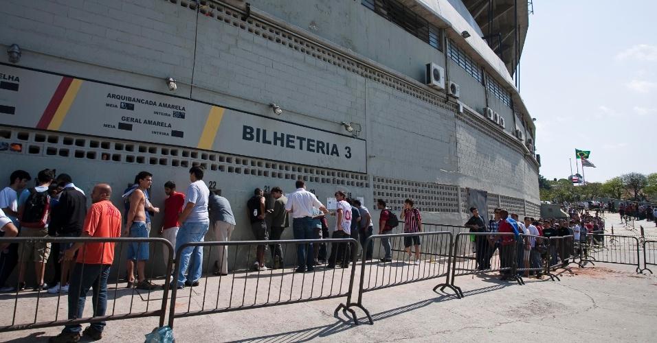 Milhares de pessoas foram ao Morumbi nesta terça-feira tentar comprar ingressos para o jogo de quarta entre São Paulo e Atlético-MG