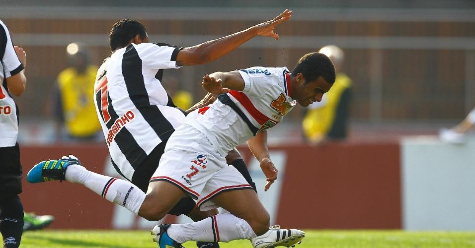 Lucas é derrubado por Serginho, do Atlético-MG - São Paulo x Atlético-MG - Brasileirão-2011 (07/09/2011)