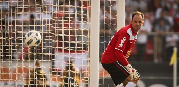 O goleiro Rogério Ceni reclama do resultado após partida contra o Grêmio - Ricardo Nogueira/Folhapress