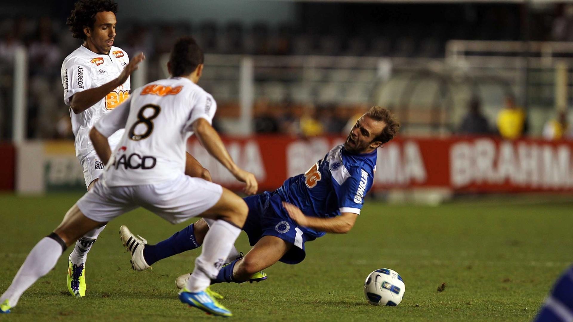 Cruzeirense Roger cai durante disputa de bola com jogadores do Santos (10/09/2011)