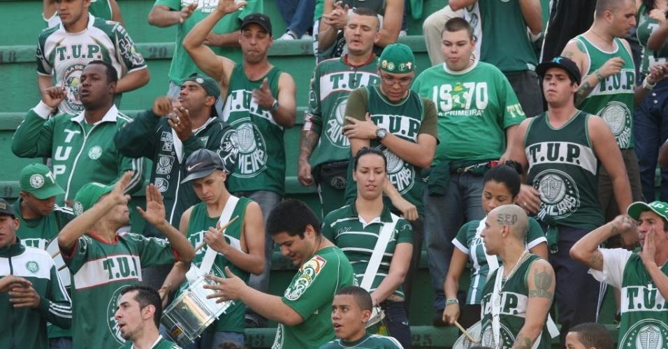 Torcida acompanha a partida entre Palmeiras e Inter, no Pacaembu; os colorados venceram por 3 a 0