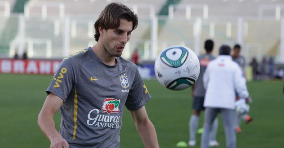 O zagueiro Henrique, do Palmeiras, treina com companheiros da seleção em Cordoba, na Argentina