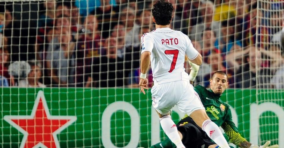Alexandre Pato toca a bola entre as pernas do goleiro Victor Valdés, do Barcelona