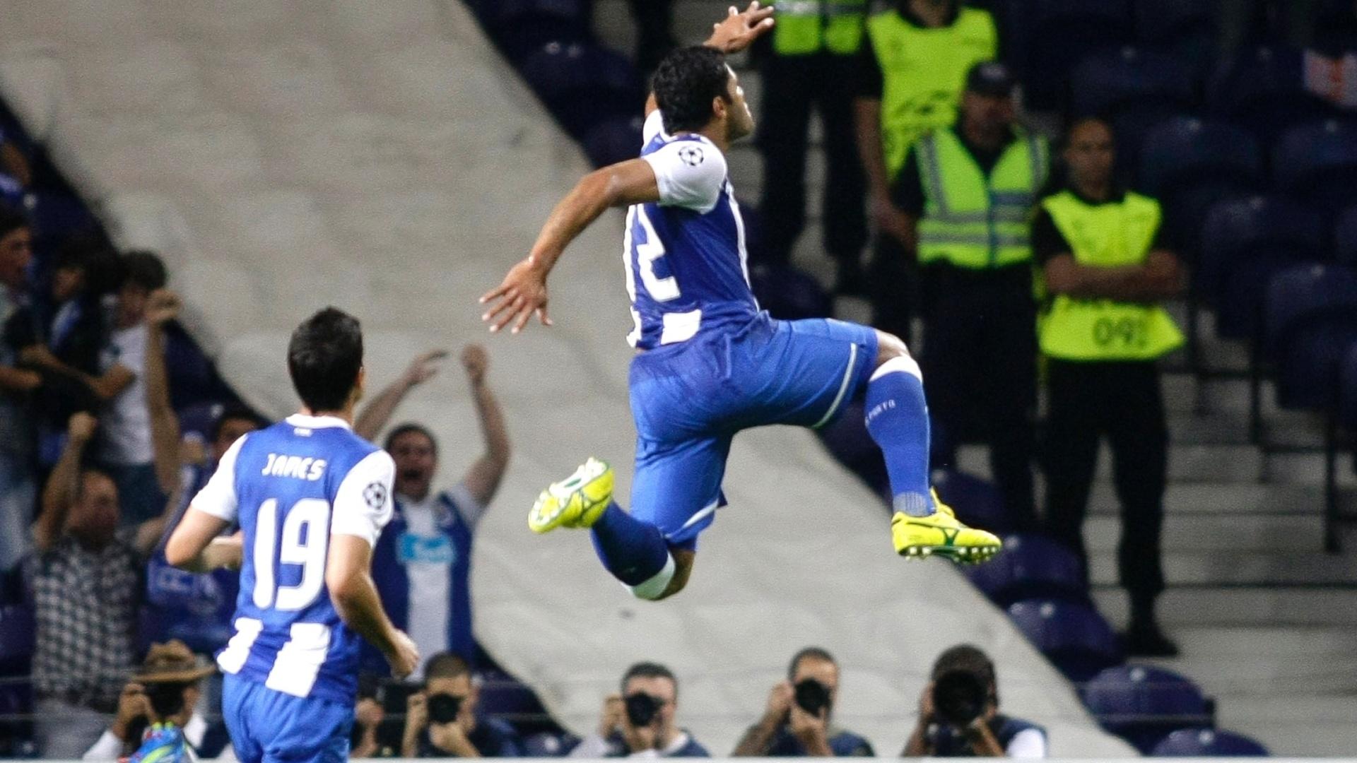 Brasileiro Hulk, do Porto, comemora seu gol contra Shakhtar Donetsk
