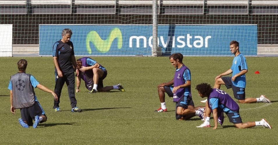O técnico José Mourinho comanda treino do Real Madrid na véspera da partida contra o Dínamo Zagreb pela fase de grupos da Liga dos Campeões