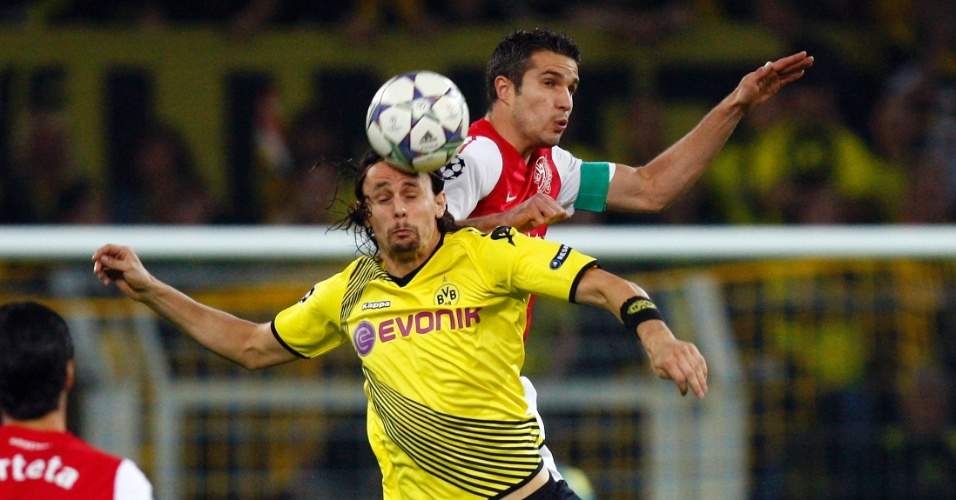 Robin van Persie, do Arsenal, disputa a bola contra Neven Subotic, do Borussia Dortmund