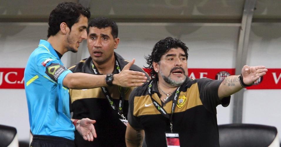 Maradona reclama com quarto árbitro
