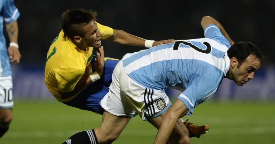 Neymar sofre forte marcação do zagueiro argentino Desábato em jogo da seleção brasileira