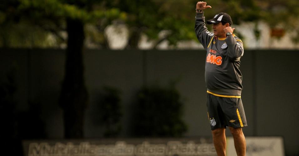 Muricy Ramalho orienta os jogadores do Santos durante treino preparatório para o clássico de domingo contra o Corinthians