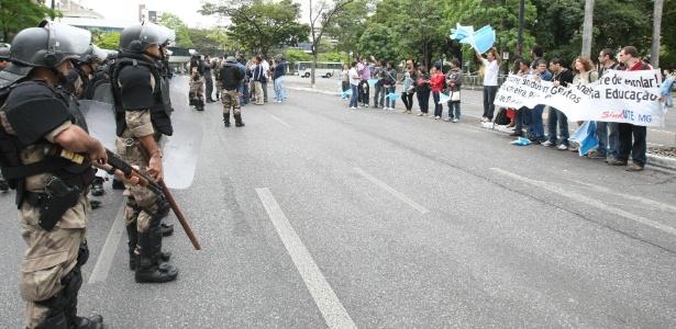 Professores fazem protesto em frente ao Palácio da Liberdade, em Belo Horizonte