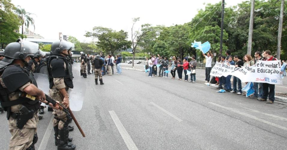 Professores fazem protesto em frente ao Palácio da Liberdade, em Belo Horizonte, no dia da festa de comemoração dos mil dias para a Copa