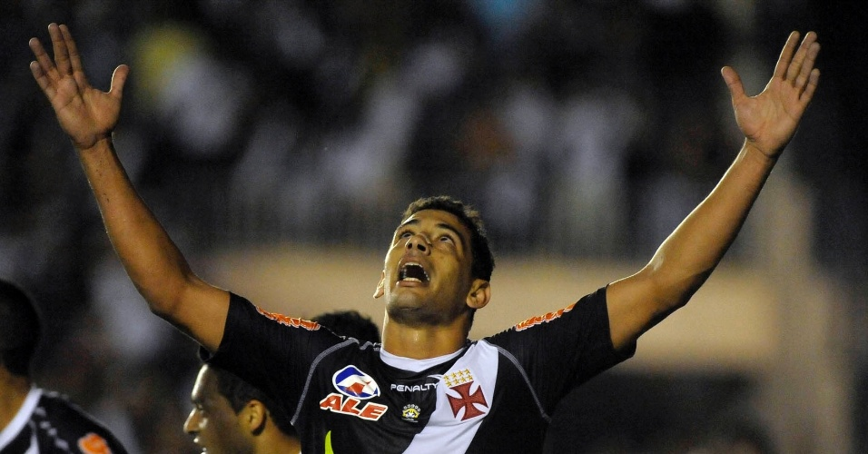 Diego Souza comemora o segundo gol do Vasco contra o Grêmio. O time do Rio de Janeiro terminou o primeiro tempo vencendo por 2 a 0