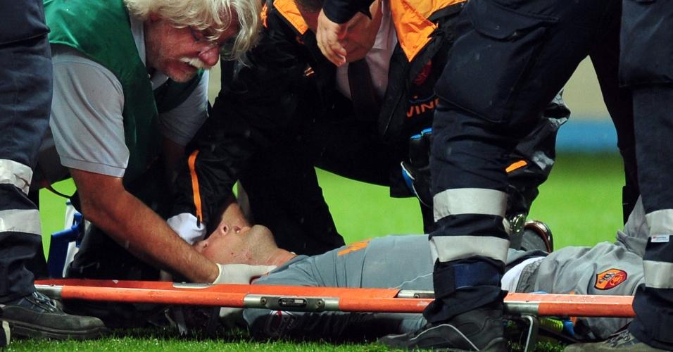 Goleiro da Roma Maarten Stekelenburg recebe atendimento médico após se chocar com o zagueiro brasileiro Lúcio (17/09/11)