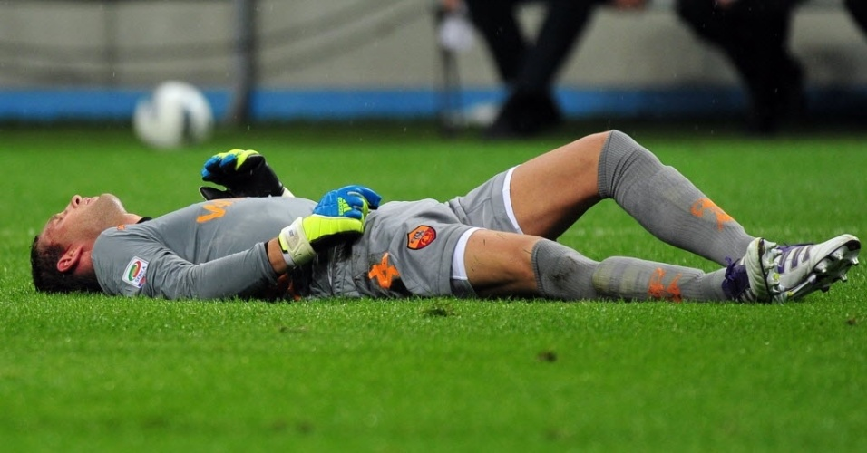 O goleiro da Roma Stekelenburg desmaiou após ser atingido com um chute na cabeça pelo zagueiro Lúcio, da Internazionale