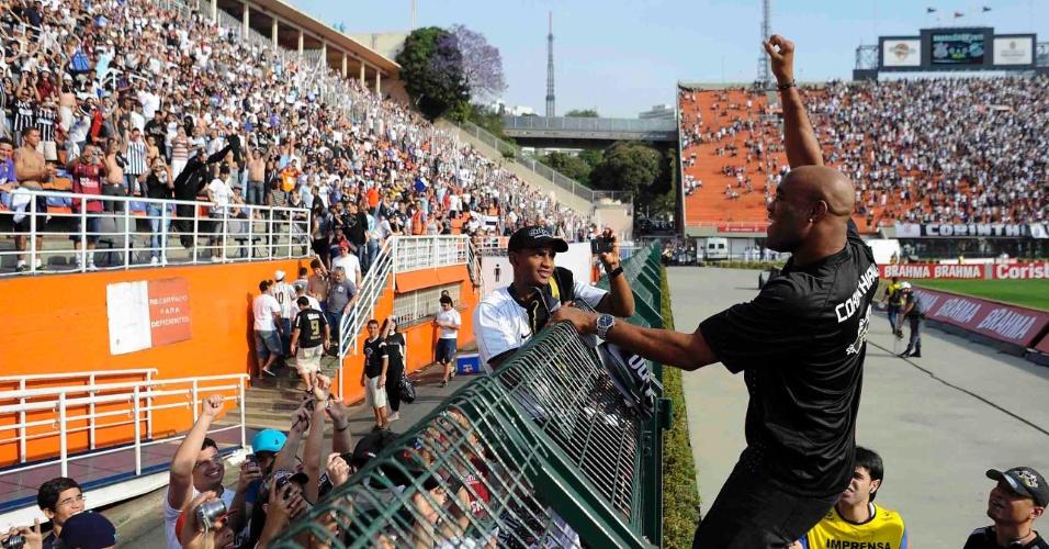 Anderson Silva agita torcedores do Corinthians antes do clássico contra o Santos (18/09/11)