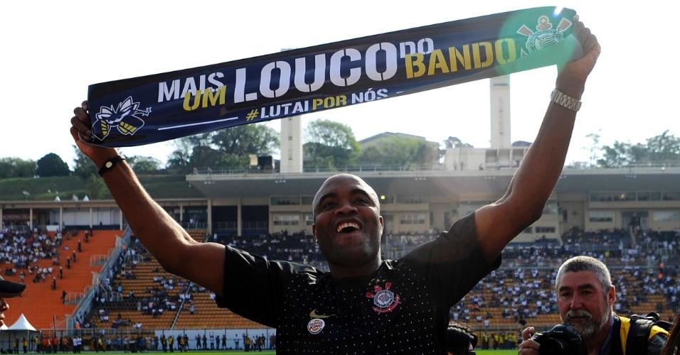 Anderson Silva dá volta olímpica no Pacaembu antes do clássico entre Corinthians e Santos (18/09/11)