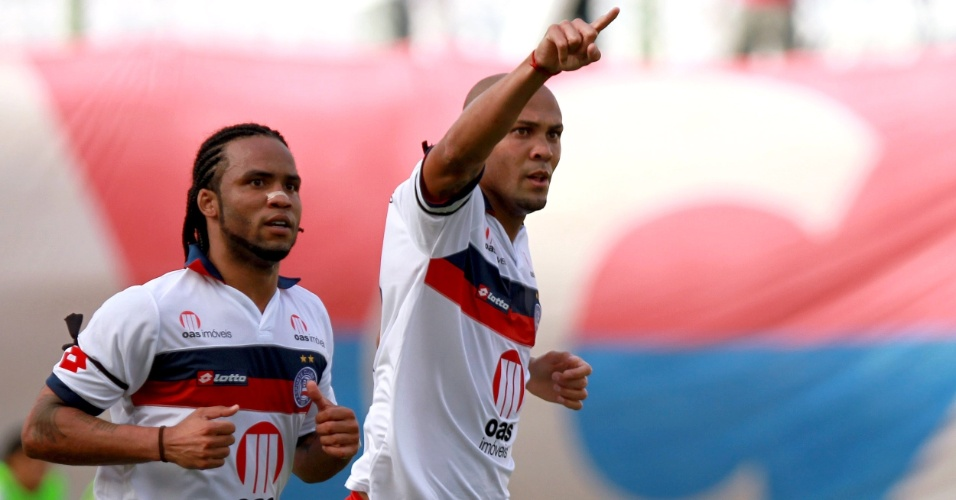 Carlos Alberto e Souza comemoram um dos gols do Bahia na vitória por 3 a 0 sobre o Fluminense