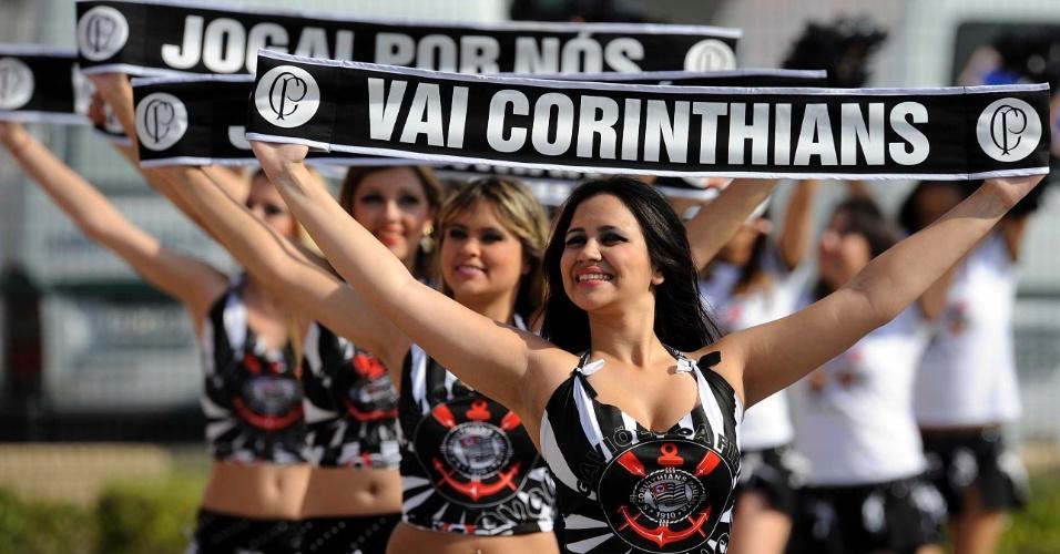 Cheerleaders do Corinthians agitam os torcedores antes do clássico contra o Santos (18/09/11)