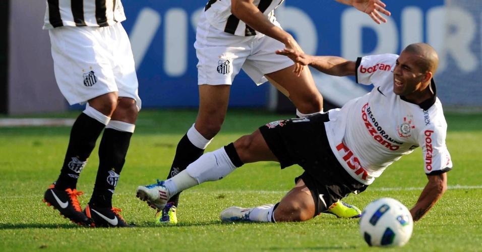 Emerson reclama de falta durante o jogo entre Corinthians e Santos (18/09/11)