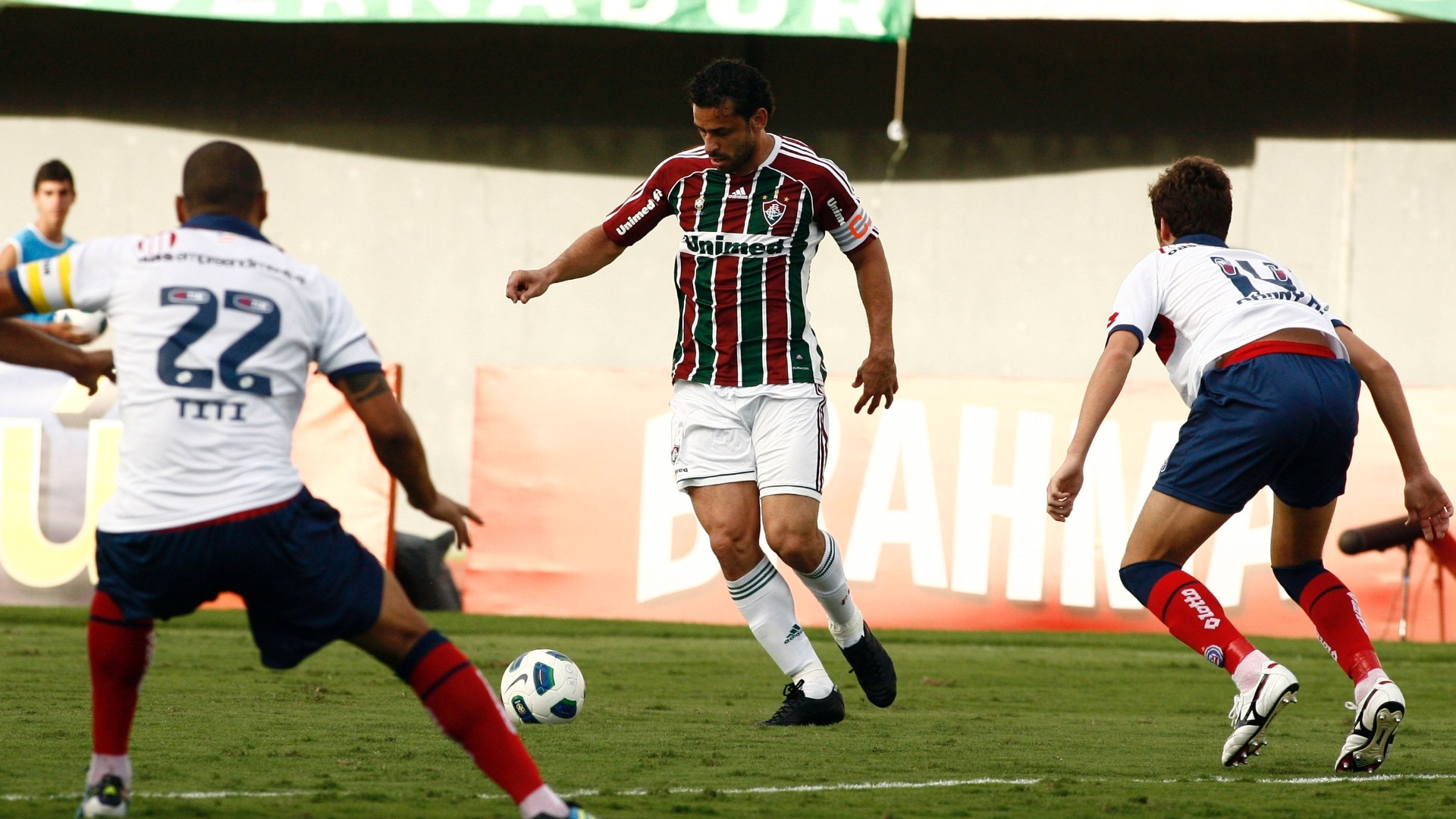 Fred domina a bola entre dois marcadores do Bahia, durante partida deste domingo