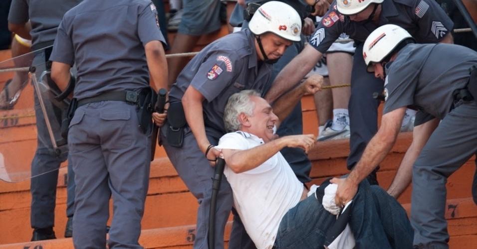 Homem é atendido por policiais militares após briga na torcida do Santos no clássico contra o Corinthians (18/09/11)