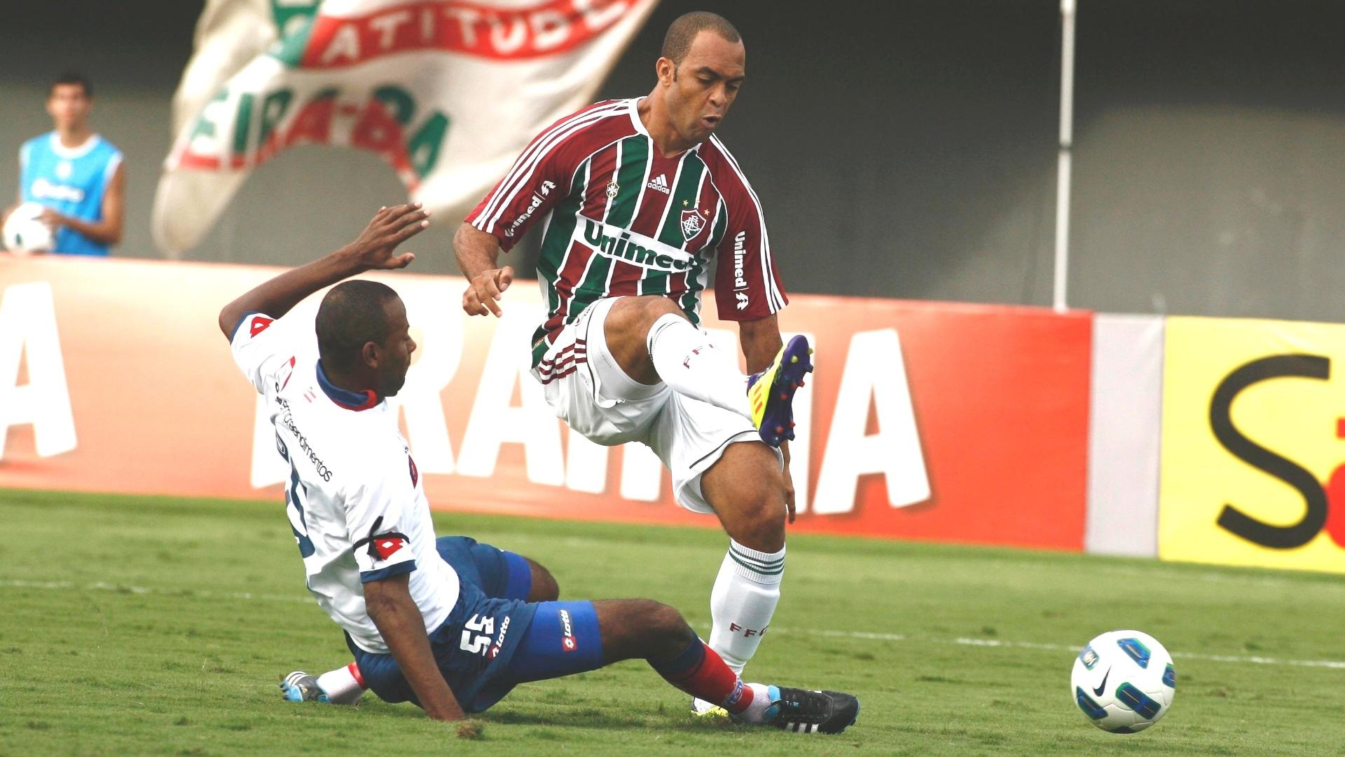 Leandro Euzébio disputa a bola com zagueiro do Bahia, durante partida deste domingo