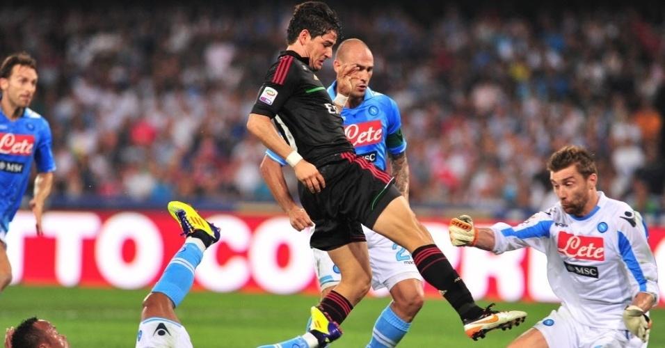 O atacante Pato tenta jogada contra a defesa do Napoli na derrota do Milan por 3 a 1