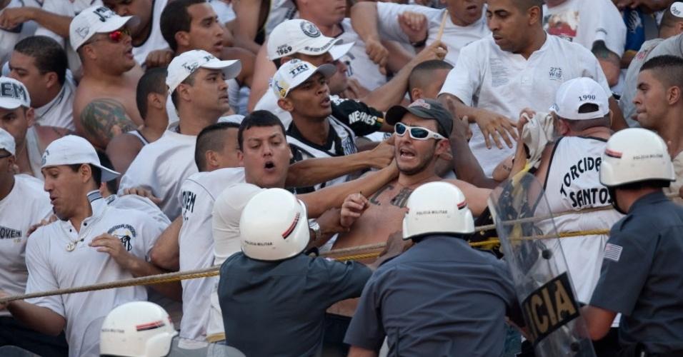 Polícia Militar entra em conflito com torcedores do Santos durante clássico contra o Corinthians (18/09/11)