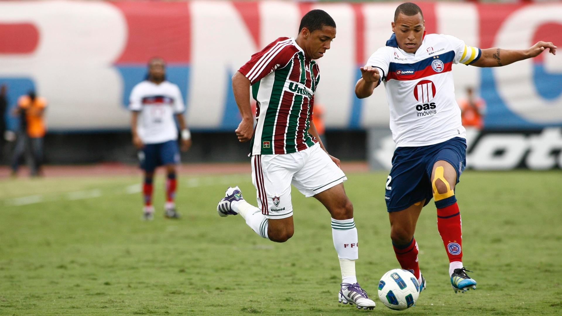 Wallace domina a bola diante do marcado do Bahia, em partida realizada em Salvador