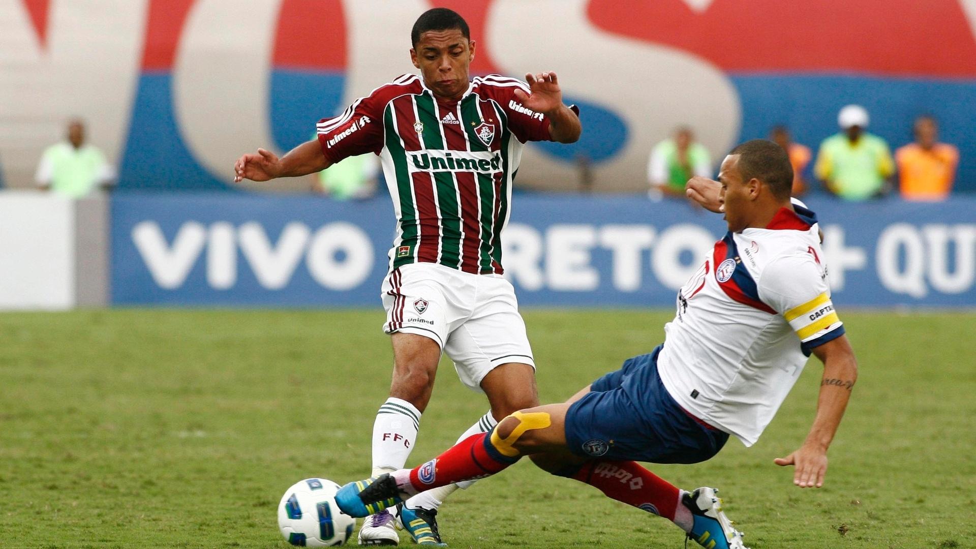 Wallace tenta passar pela marcação de jogador do Bahia