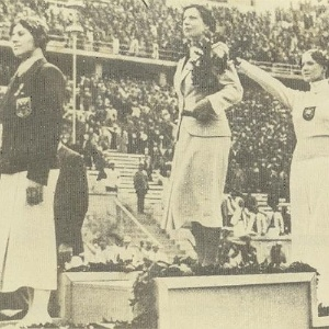 Alemã e judia, Helene Mayer faz a saudação nazista ao conquistar o bronze na esgrima nos Jogos de Berlim