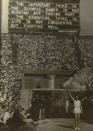 Atleta inglês chega ao estádio de Wembley; no painel, a frase do Barão de Coubertin: