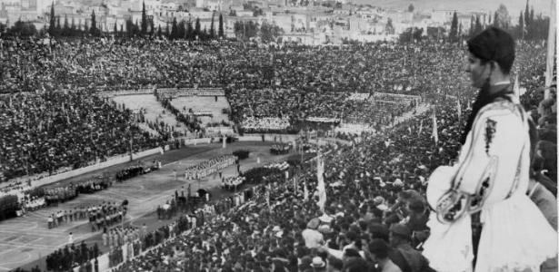 Público enche o Estádio Olímpico para ver a abertura dos Jogos de Atenas-1896