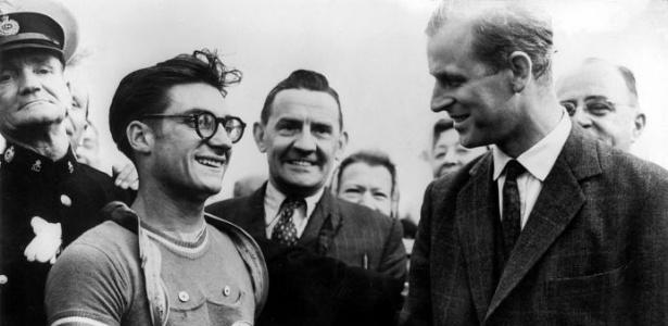 O Duque de Edimburgo (e marido da Rainha Elizabete 2ª) parebeniza o francês José Beyaert, campeão olímpico no ciclismo