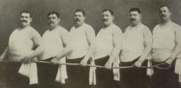 Competidores do cabo de guerra, modalidade que teve a Suécia campeã em cima da Grã-Bretanha