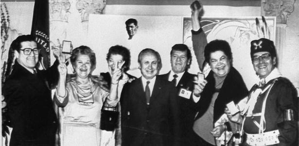 Familiares de Jim Thorpe recebem, em 1982, as medalhas do norte-americano referentes a 1912