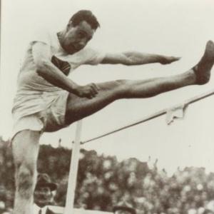Howard Haker, da Grã-Bretanha, disputa a prova do salto em altura nos Jogos Olímpicos de 1920