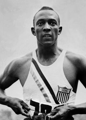 Na Olimpíada de 1936, o norte-americano Jesse Owens calou os nazistas e suas teorias de superioridade da raça ariana