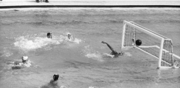 Jogo de polo aquático entre Brasil e Espanha nos Jogos Olímpicos finlandeses