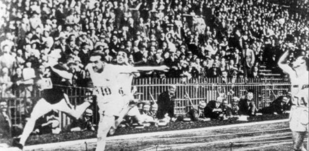 Momento da chegada de prova de atletismo nos Jogos Olímpicos realizados na capital da França