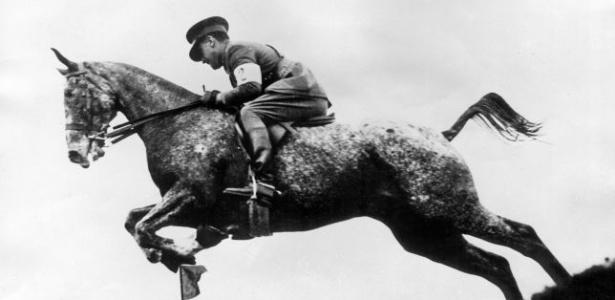 O cavalo Zalamero salta em competição de hipismo nos Jogos Olímpicos de Amsterdã