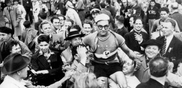 O francês José Beyaert é carregado pelo público após conquistar o ouro na prova de ciclismo de estrada na Olimpíada de 1948