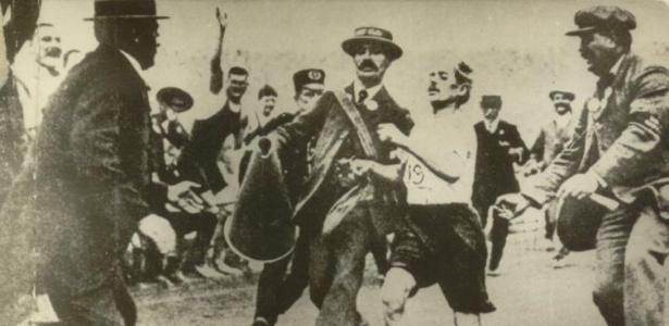 Líder da maratona, o italiano Dorando Pietri chegou desorientado ao Estádio Olímpico; ajudado pelos juízes, acabou desclassificado