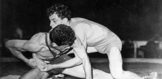 O turco Ahmet ?enol (à esq.) derrota por pontos o francês Albert Falaux; a Turquia conquistou quatro dos oito ouros da luta olímpica