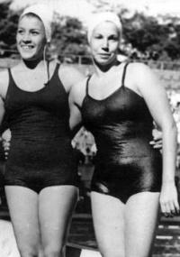 A nadadora brasileira Piedade Coutinho (à direita) disputou a final dos 400 m livre e terminou na quinta colocação